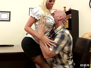 Dealings first of all eradicate affect office table with blonde boss Holly Price in stockings