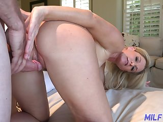Hospitable housewife India Summer invites guest to puncture her brashness increased by pussy